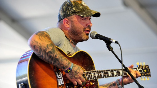 staind 39 s aaron lewis 39 i can 39 t play the guitar well enough to use tabs 39 music news ultimate. Black Bedroom Furniture Sets. Home Design Ideas